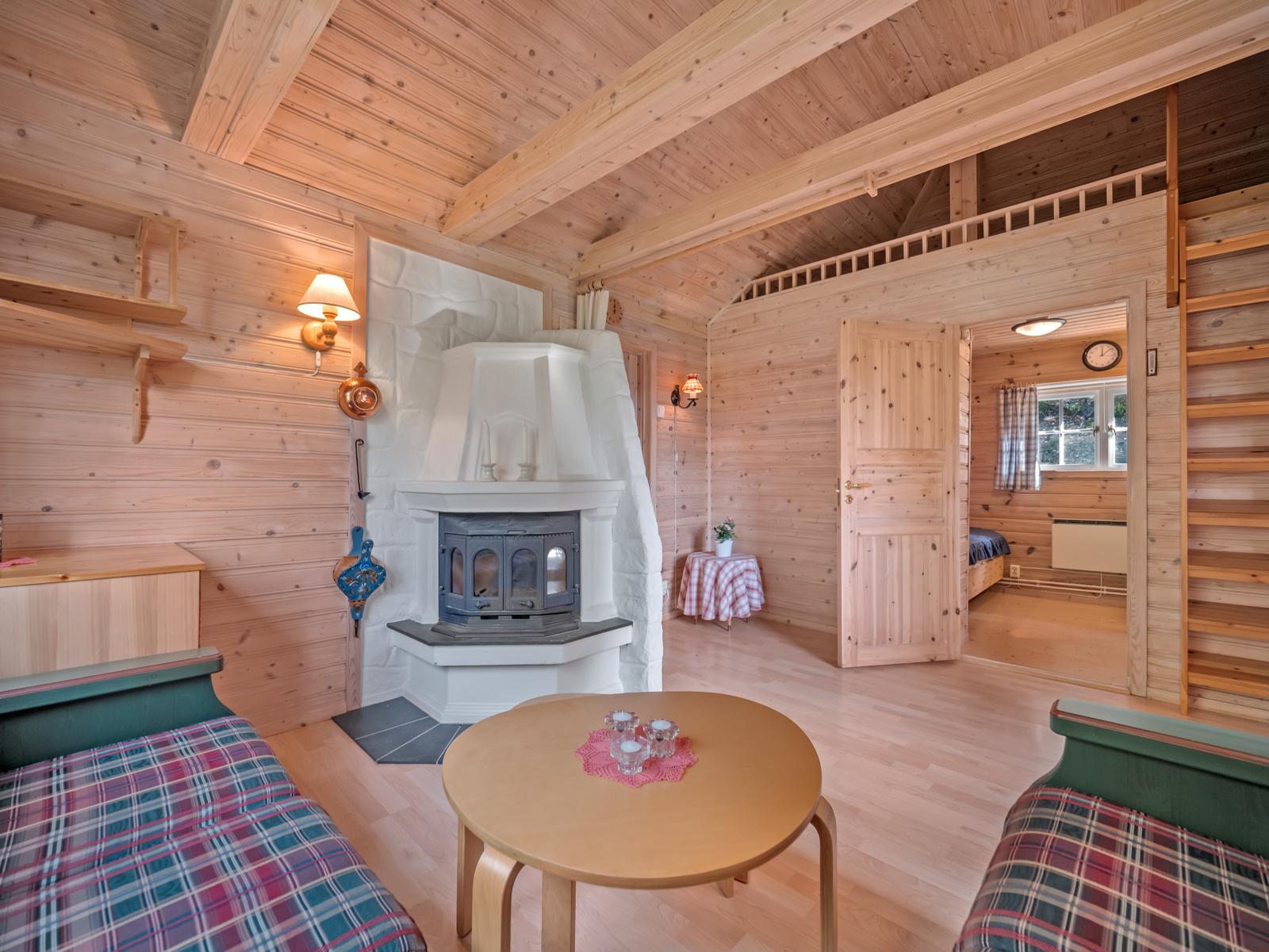 Hyggelig stue med peis som gir varme og stemning