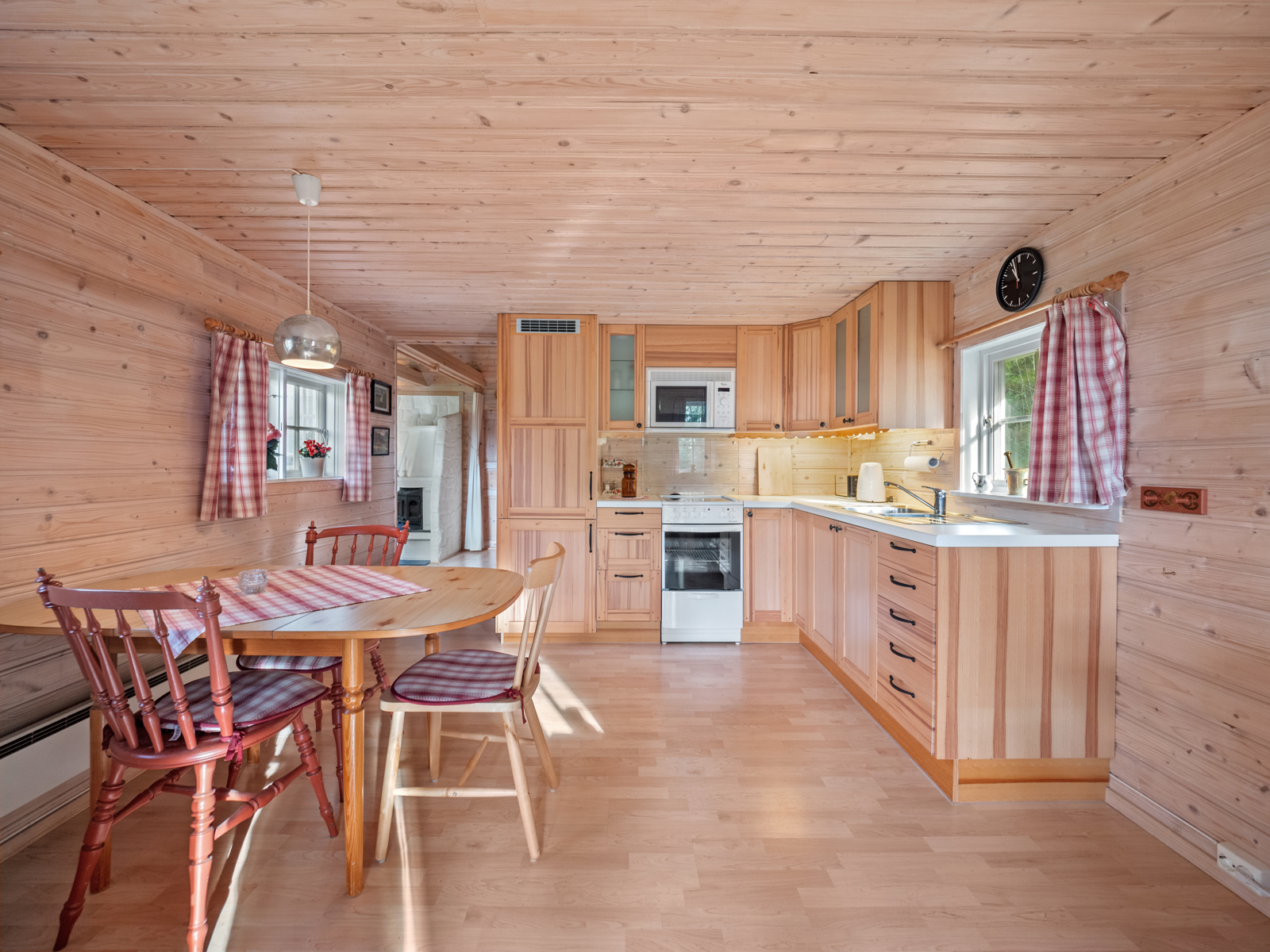 Lyst og hyggelig kjøkken med spiseplass