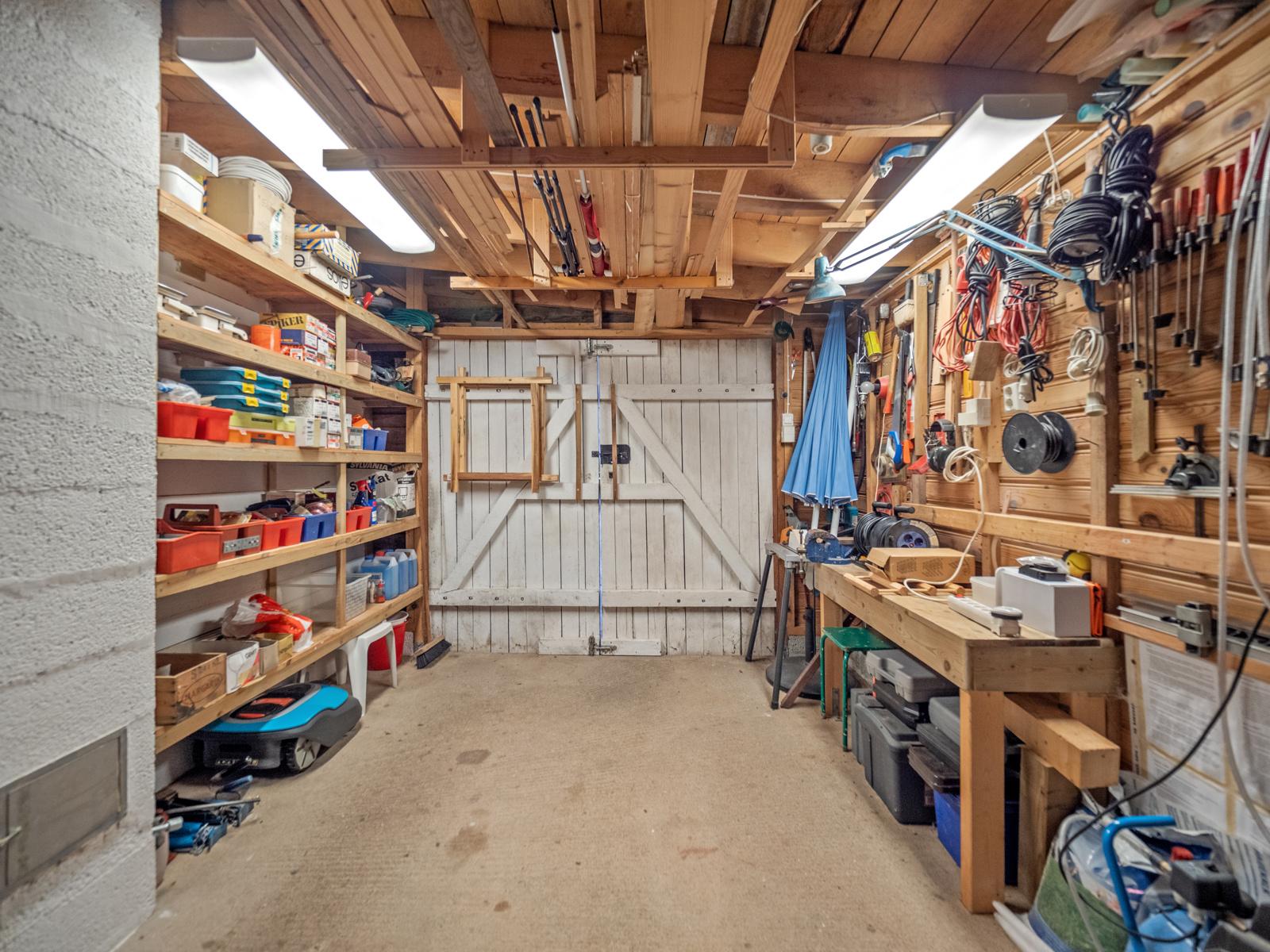 Garasjen i tilknytning til hytta med god plass for oppbevaring