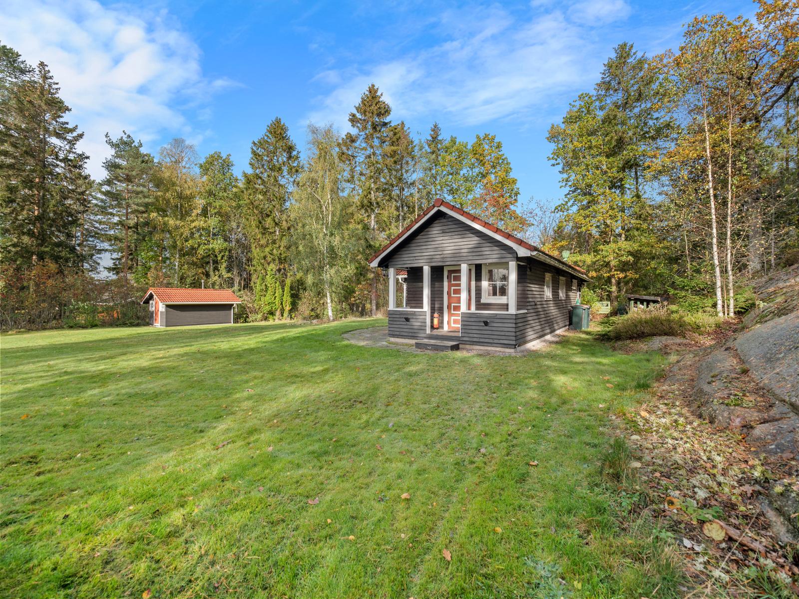 Hytte og uthus beliggende i flott skogsterreng - Her kan du starte turen, enten om du ønsker kyststien langs fjorden eller utforske skogen