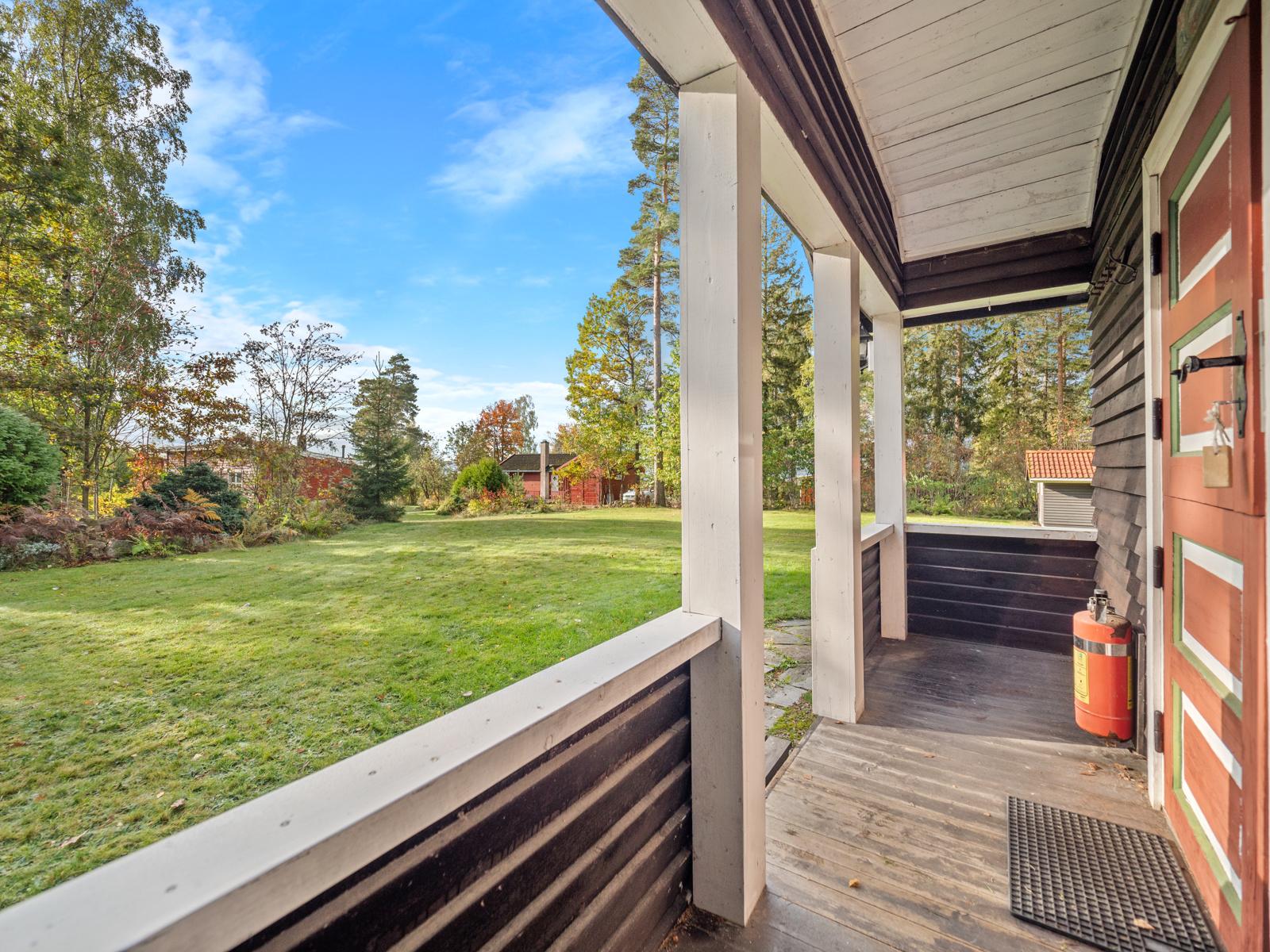 Overbygd inngangsparti på hytta - Her kan du sitte med utsikt over eiendommen