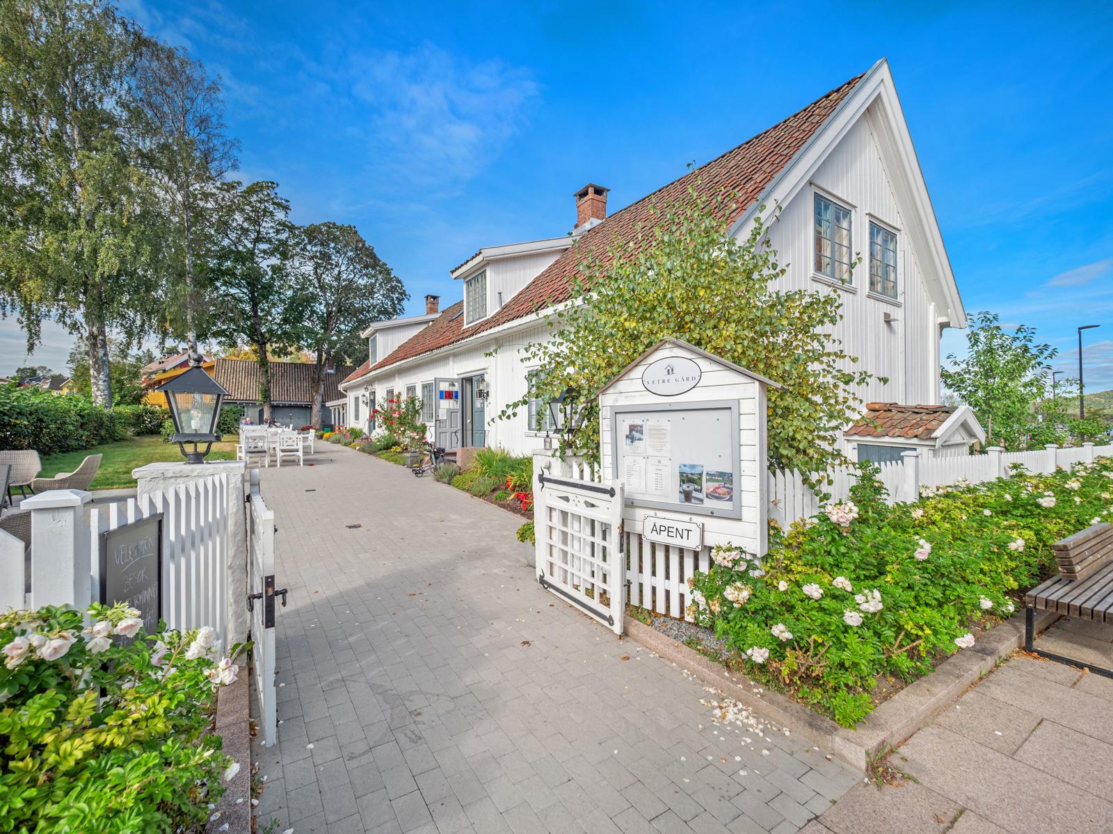 Idylliske Sætre gård (spisested og kultur) i sentrum.