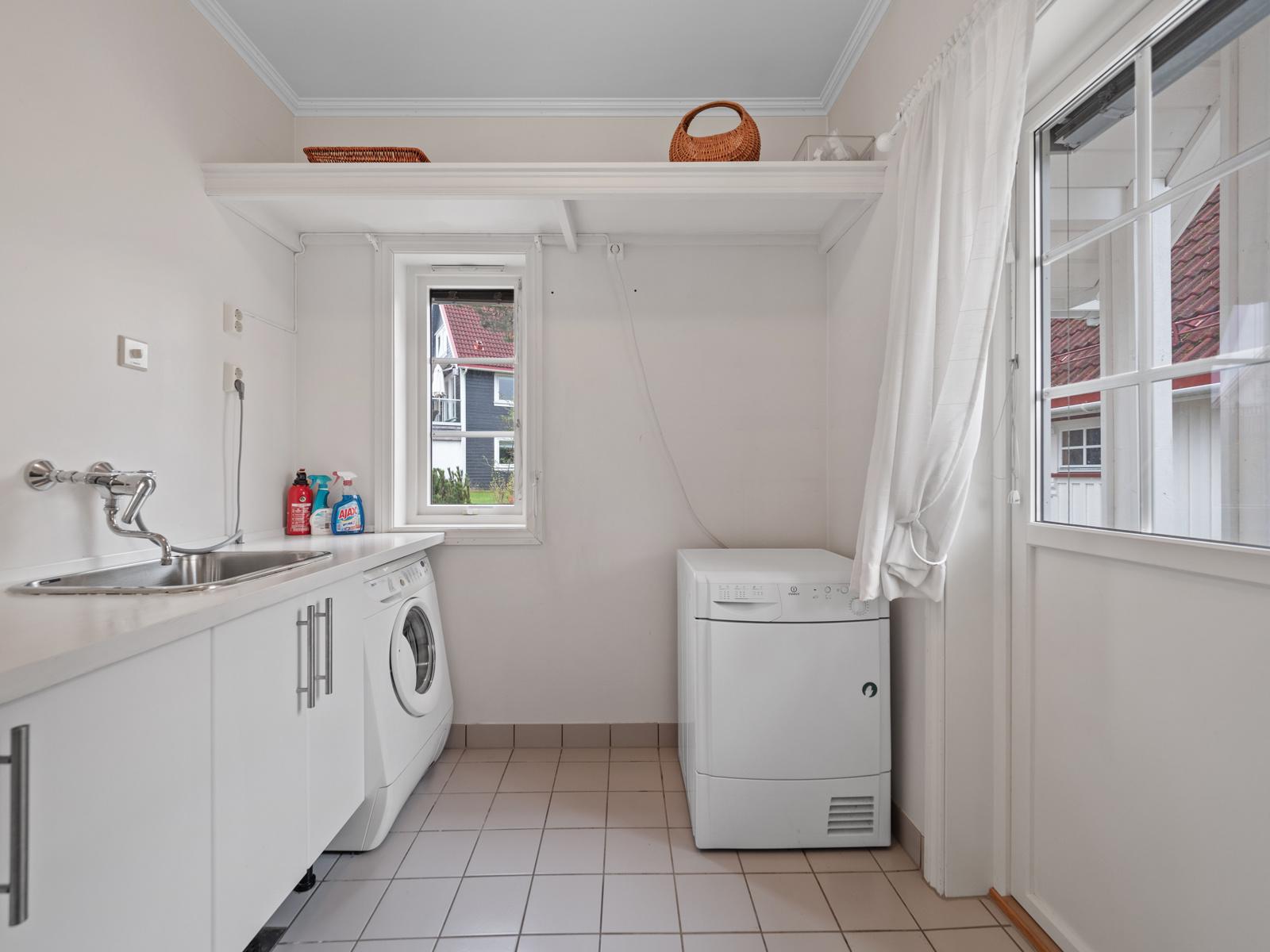 Vaskerom/tekn.rom med direkte utgang. Praktisk!