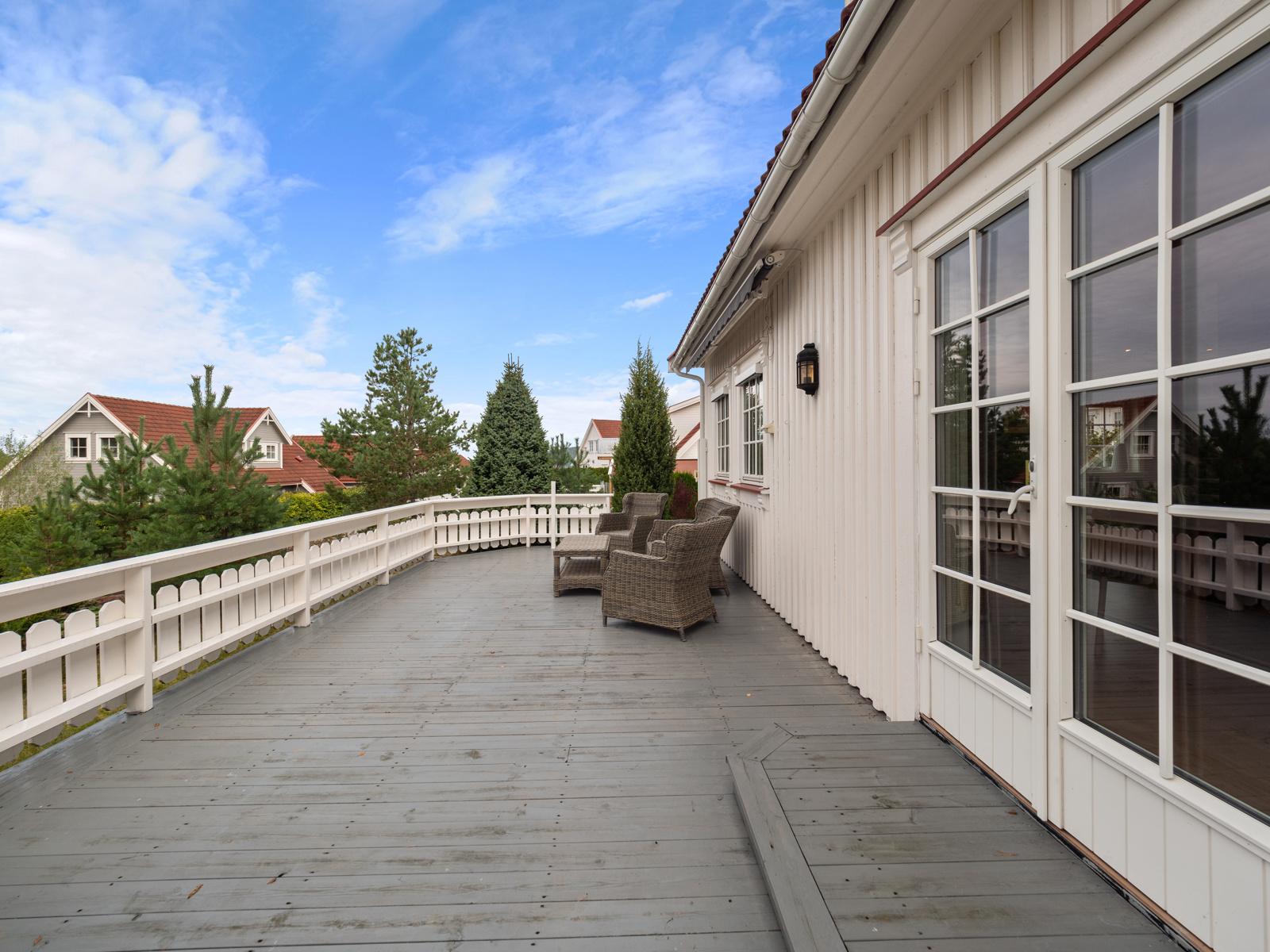 Solrik og deilig terrasse med sen kveldssol.