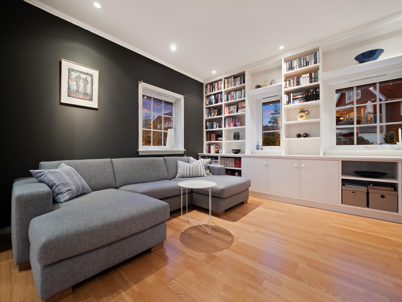 Salongdel i stuen med tv.