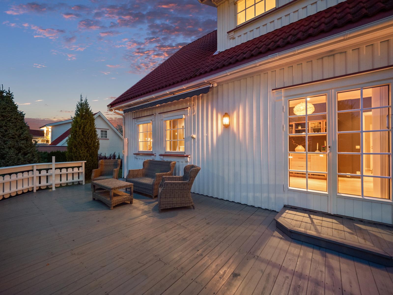 Hyggelig kveldsstemning på terrassen.