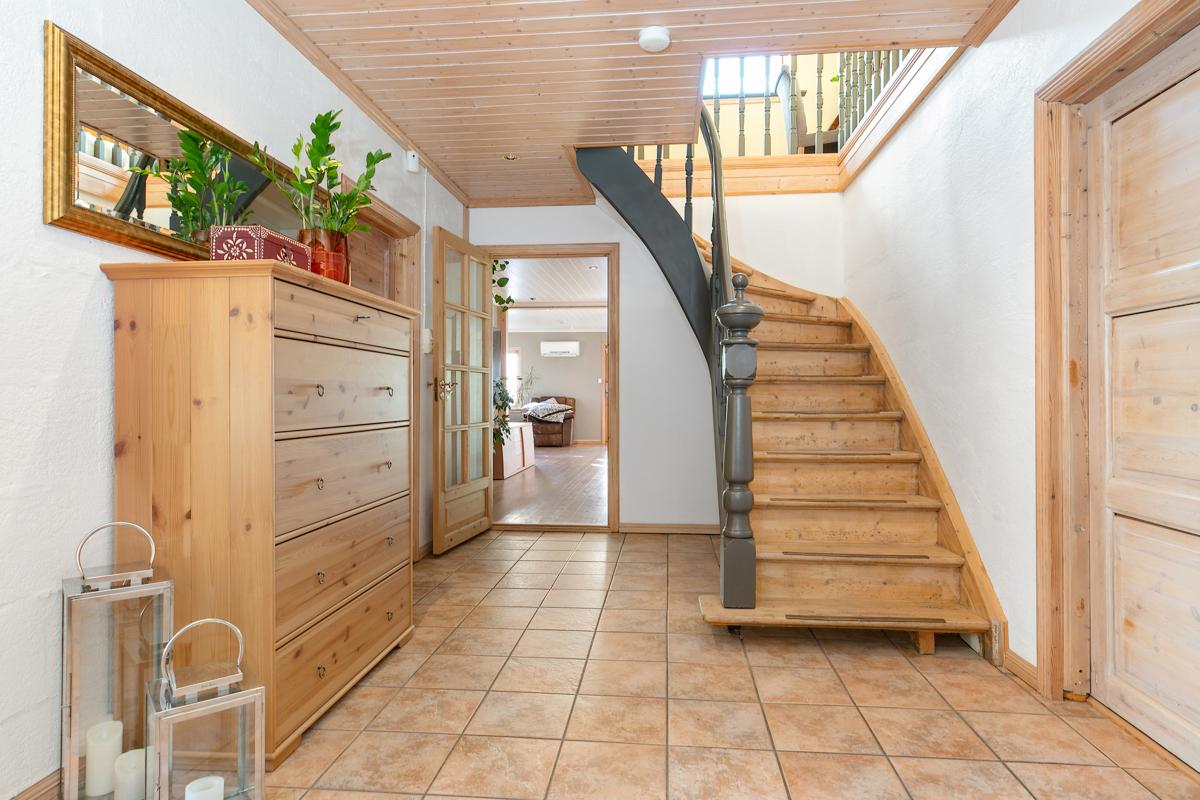 Hall med trapp opp til loftstuen
