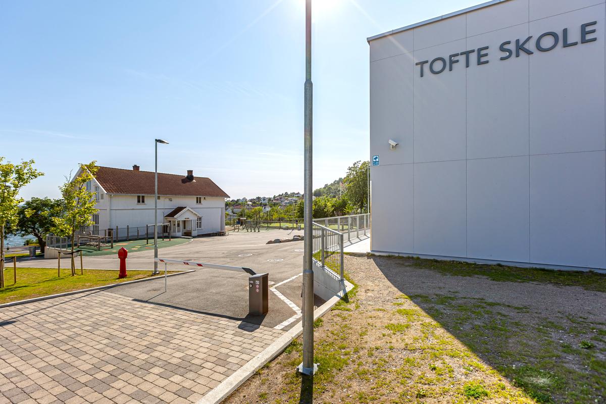 Ca 2 km inn til Tofte sentrum med mange hyggelige butikker og skoler - Her med bilde av Tofte barneskole