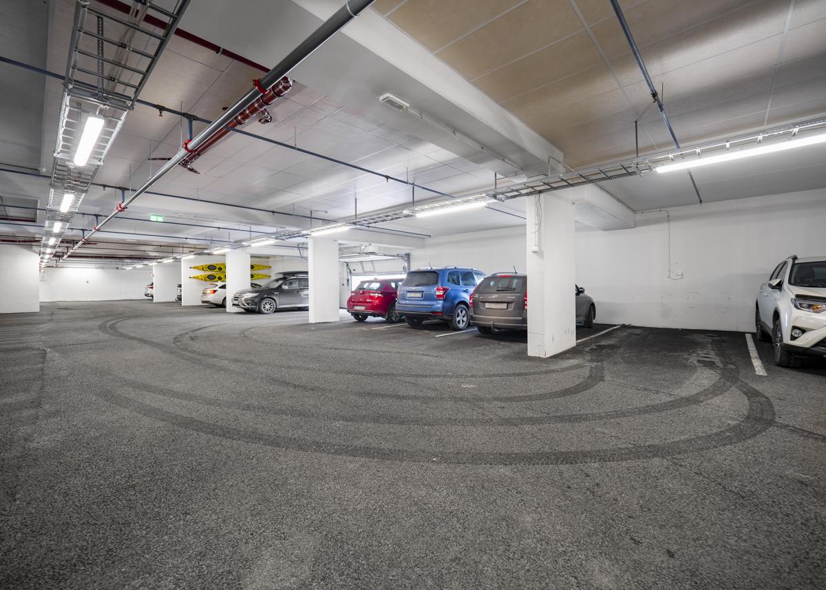 Det er en garasjeplass i garasjekjelleren som medfølger