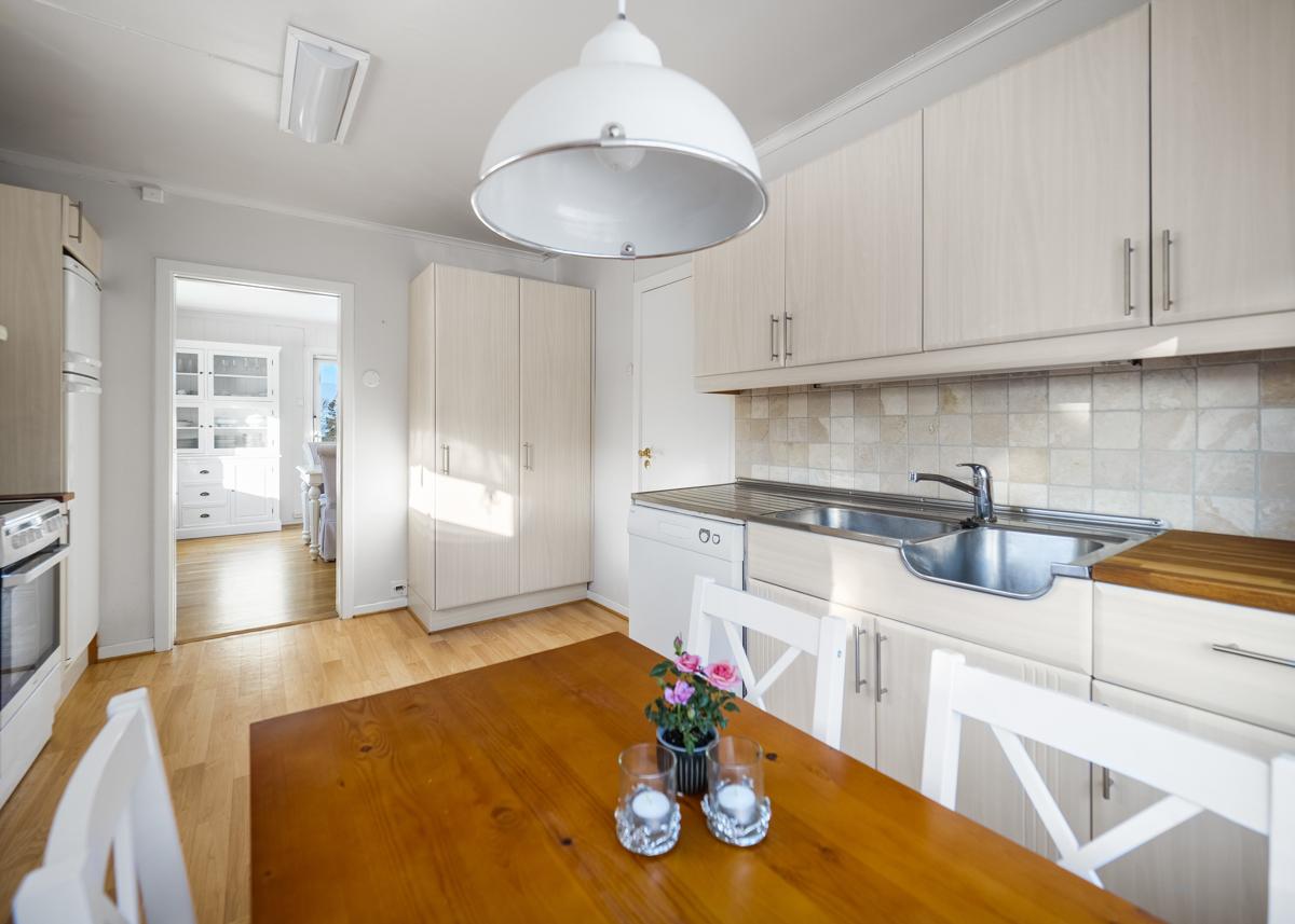 Kjøkkenet har adkomst direkte fra gangen og videre til spisestuen.