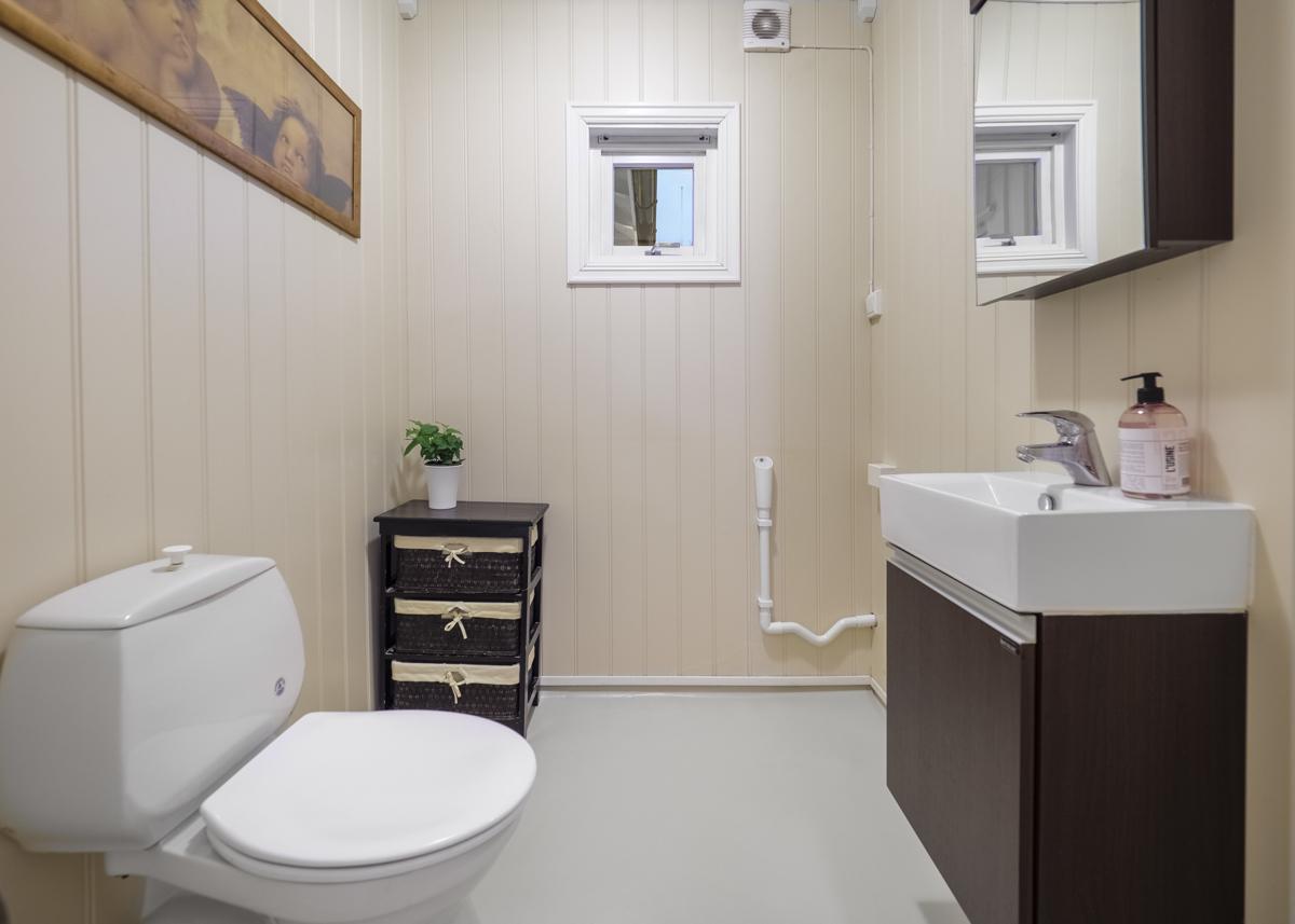 Toalettrom med opplegg til vaskemaskin.