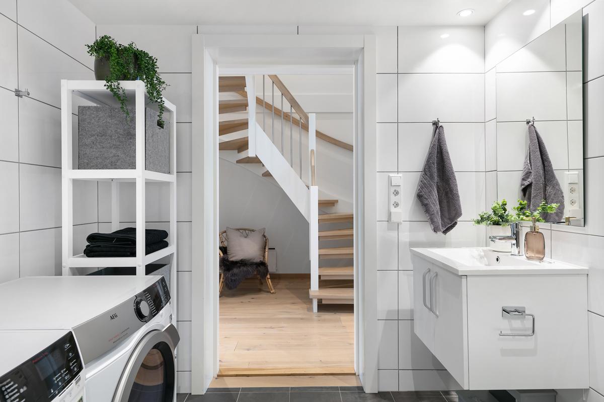 Det er god plass til vaskemaskin og tørketrommel ved siden av hverandre, i tillegg til annen oppbevaring