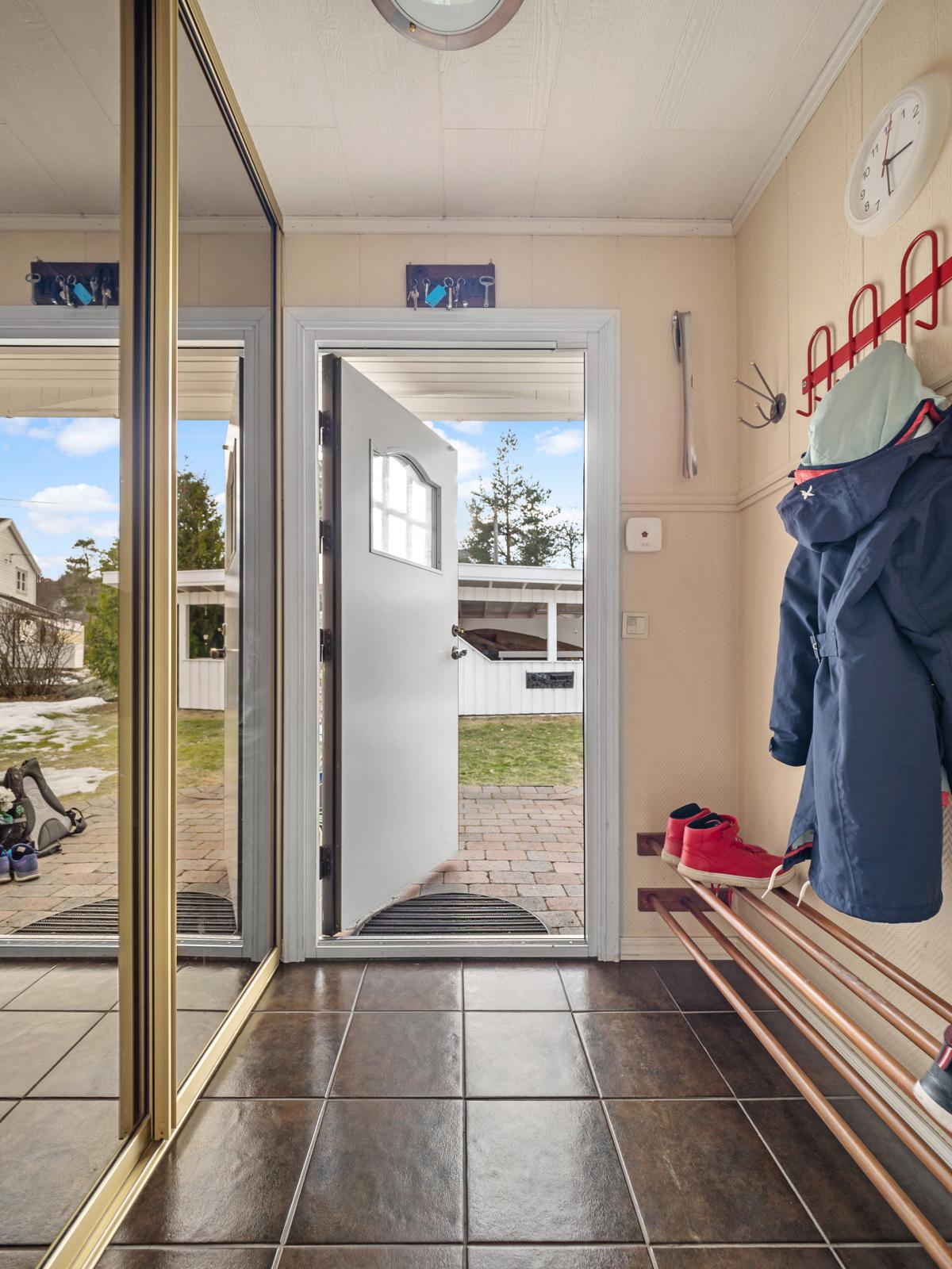 Inngang i 1. etg. entre med garderobeplass.