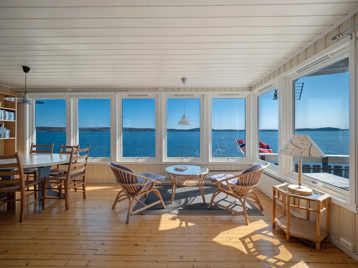 Fra stuen kan man sitte å følge med på aktiviteten i fjorden