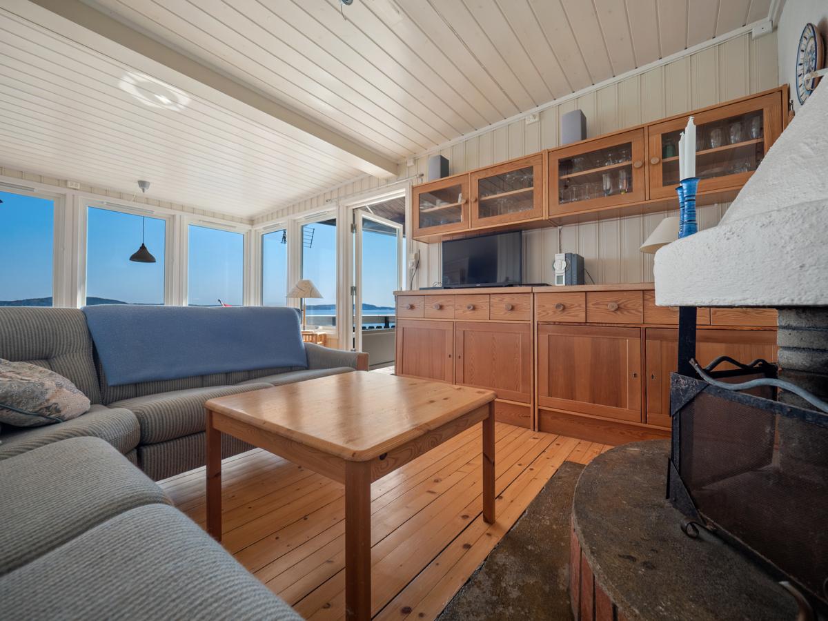 Stuen har god plass til sittegruppe i peiskroken - Perfekt for stemning og på kjølige kvelder