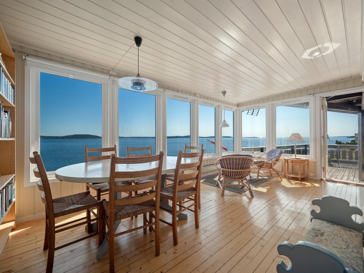 Stua har store vindusflater som gir gode lys- og utsiktsforhold