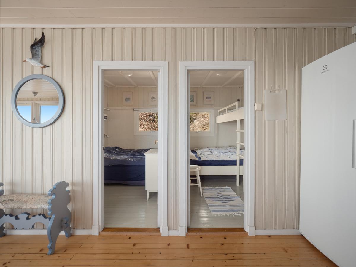 Fra stuen er det inngang til hyttas to soverom