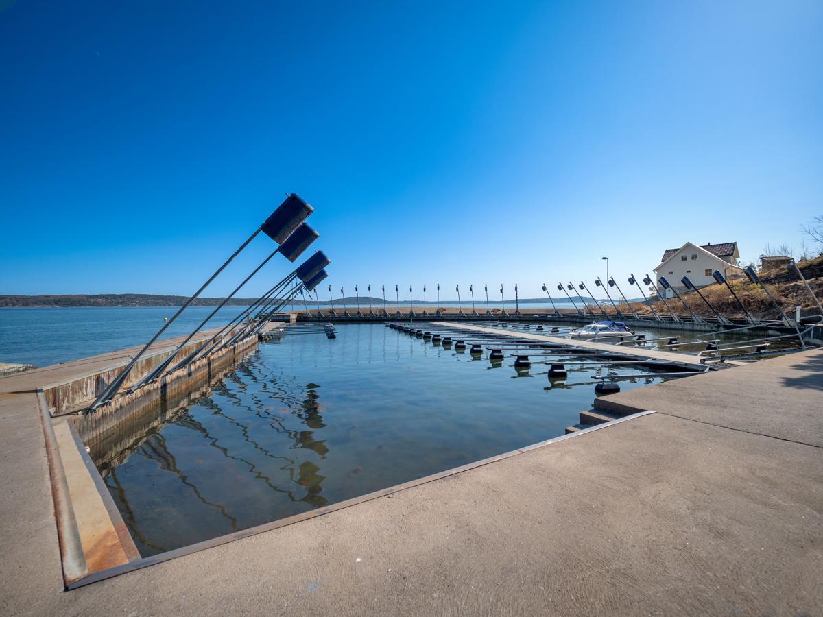 Det medfølger båtplass i felles molo i kort gåavstand fra hytta
