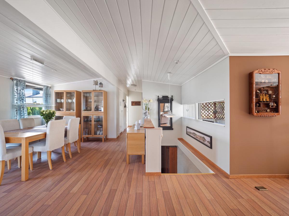 Åpen løsning mellom stue/spisestue og kjøkken.