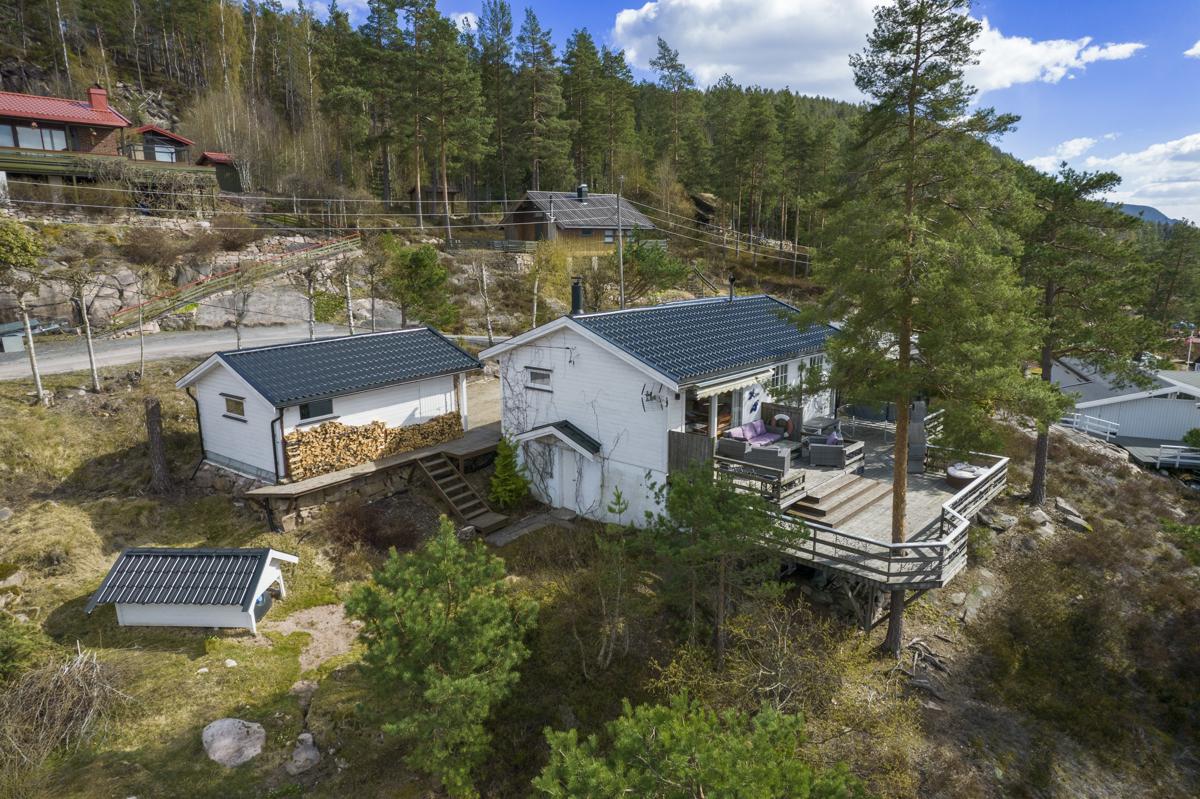 Eiendommen består av hytte, anneks og garasje