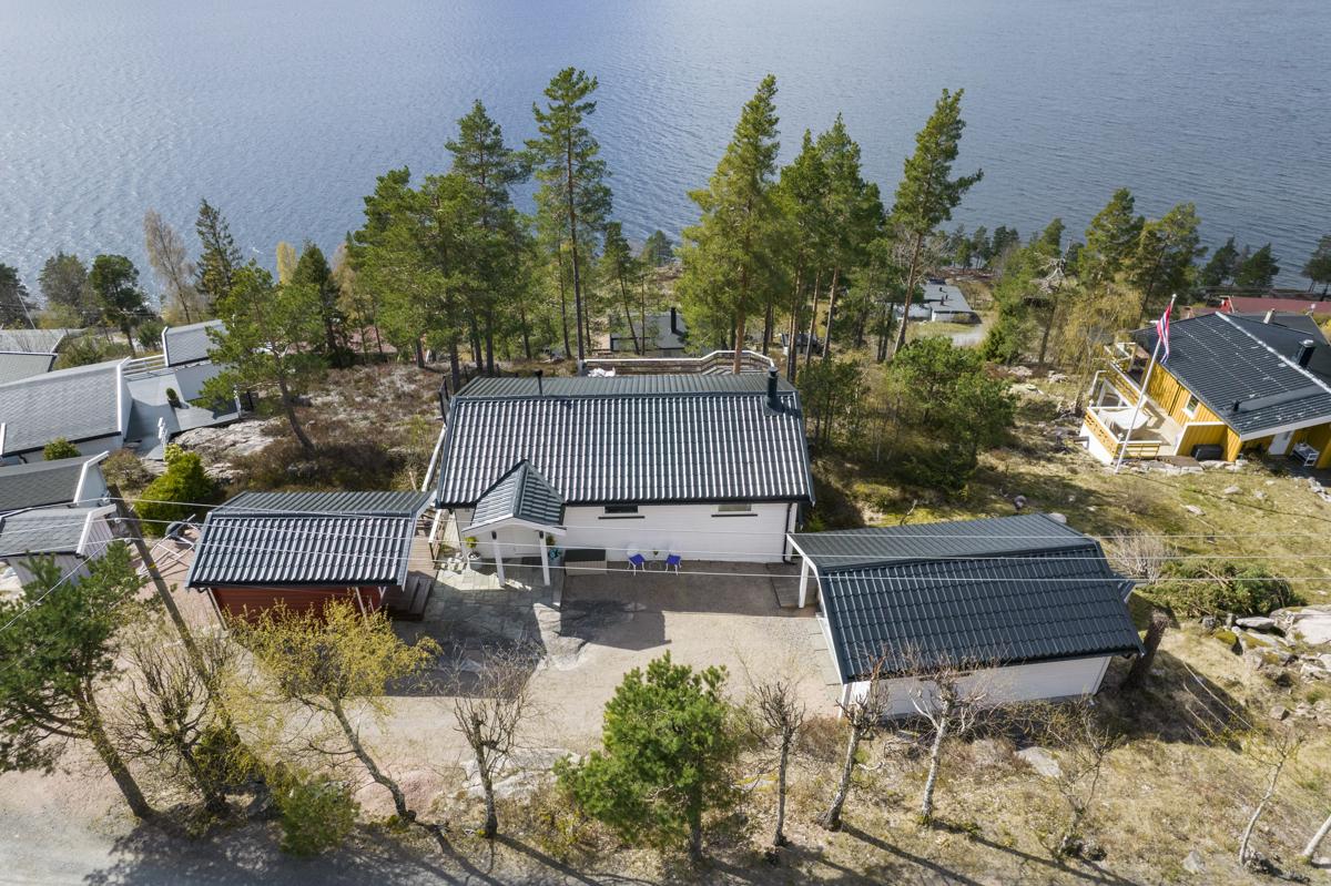 Eiendommen ligger høyt og fritt med panoramautsikt over Drammensfjorden og omkringliggende områder