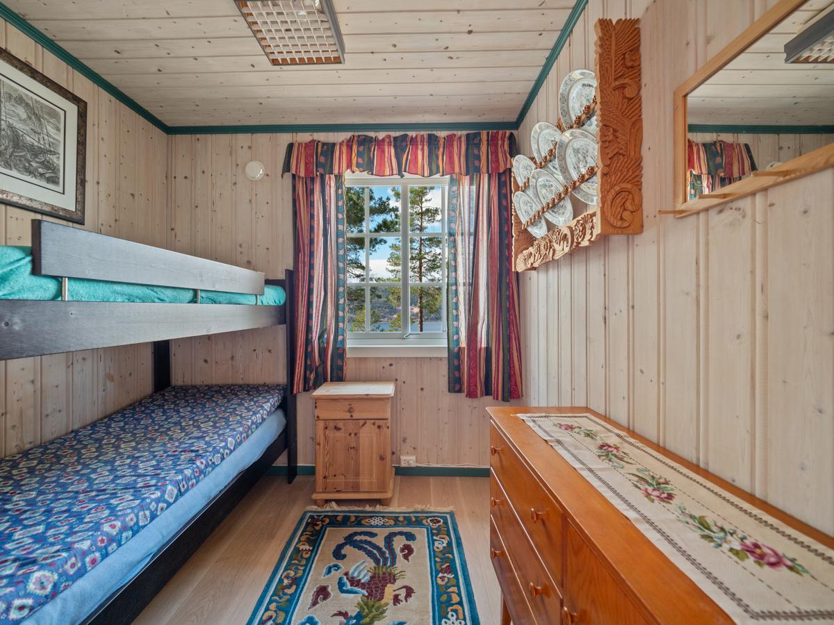 Soverom II med køyeseng og plass for oppbevaringsmøbler