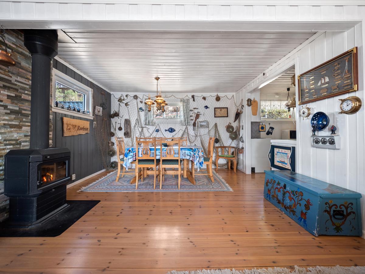 Lys og hyggelig stue med peisovn - Perfekt på kjølige kvelder