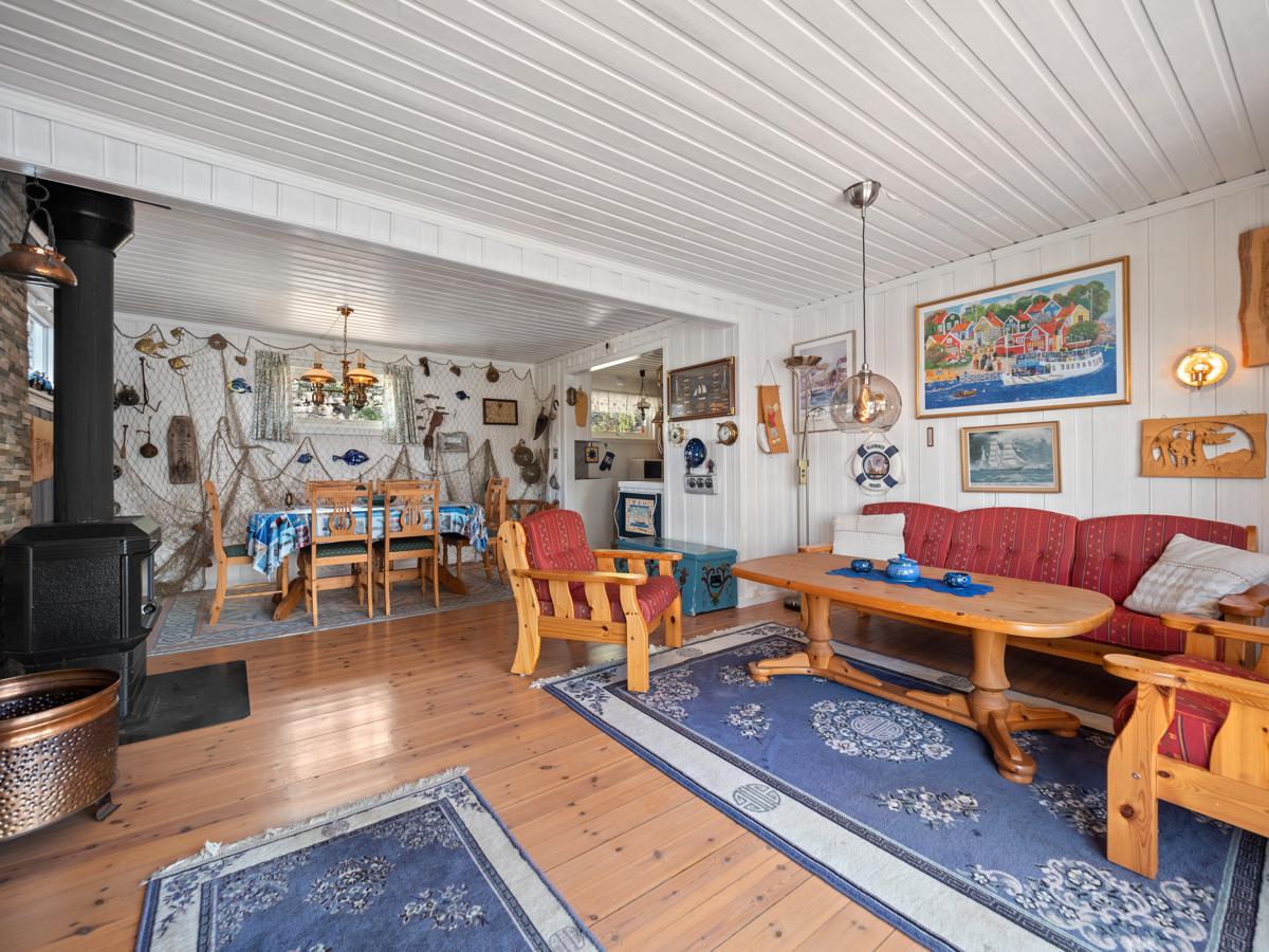Stuen har god plass til både spisebord og sofagruppe