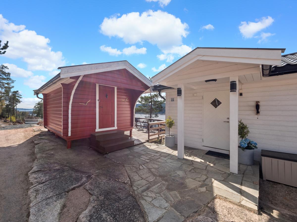 Anneks og hovedinngang til hytta