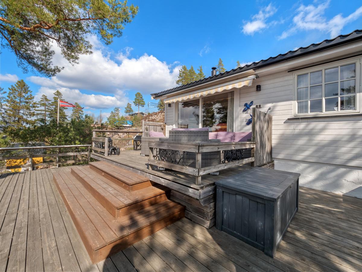 Terrassen har plass til flere sittegrupper og solsenger - Perfekt for late dager i solen