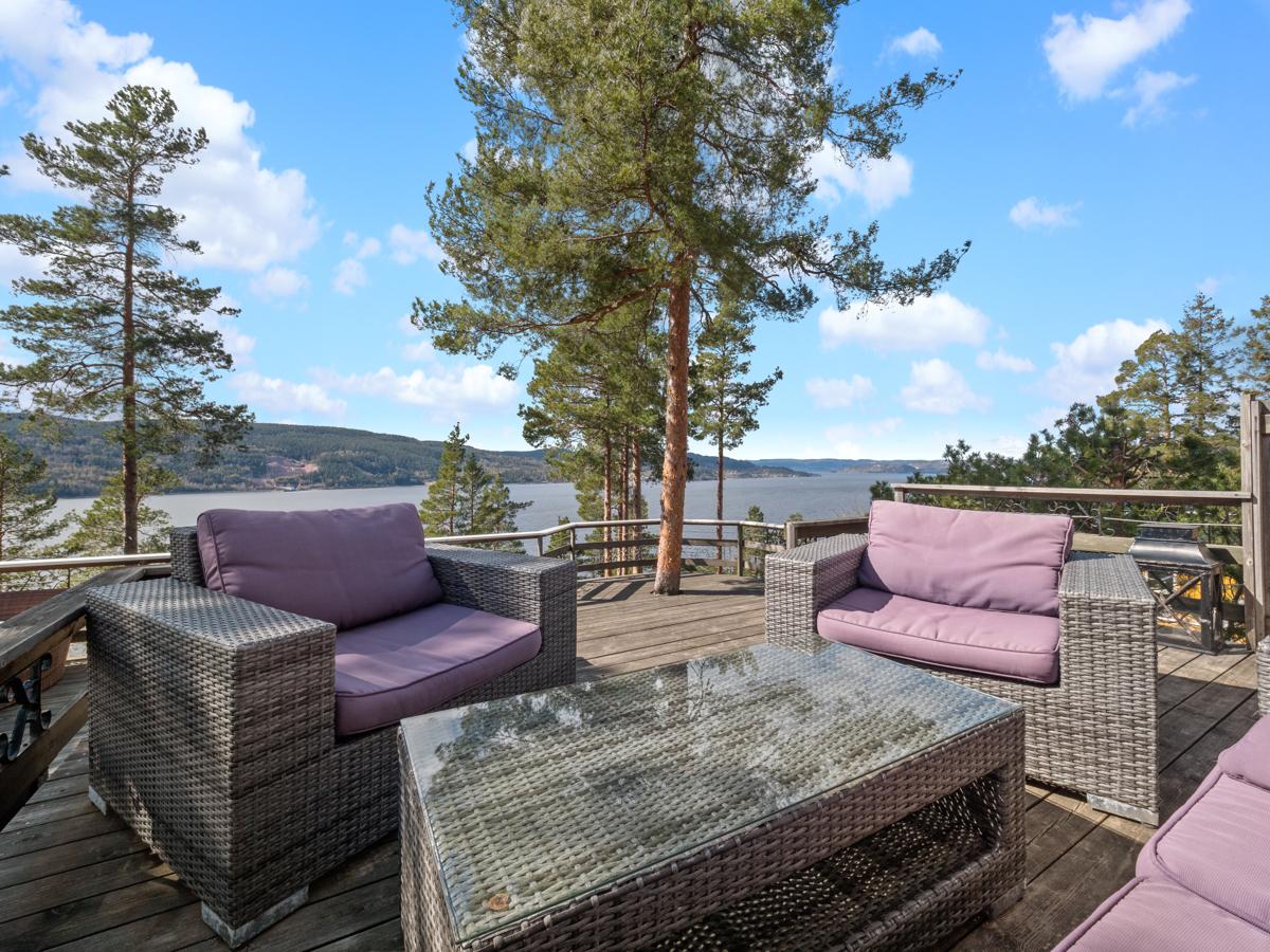 På terrassen kan du sitte å nyte utsikten og aktiviteten på Drammensfjorden