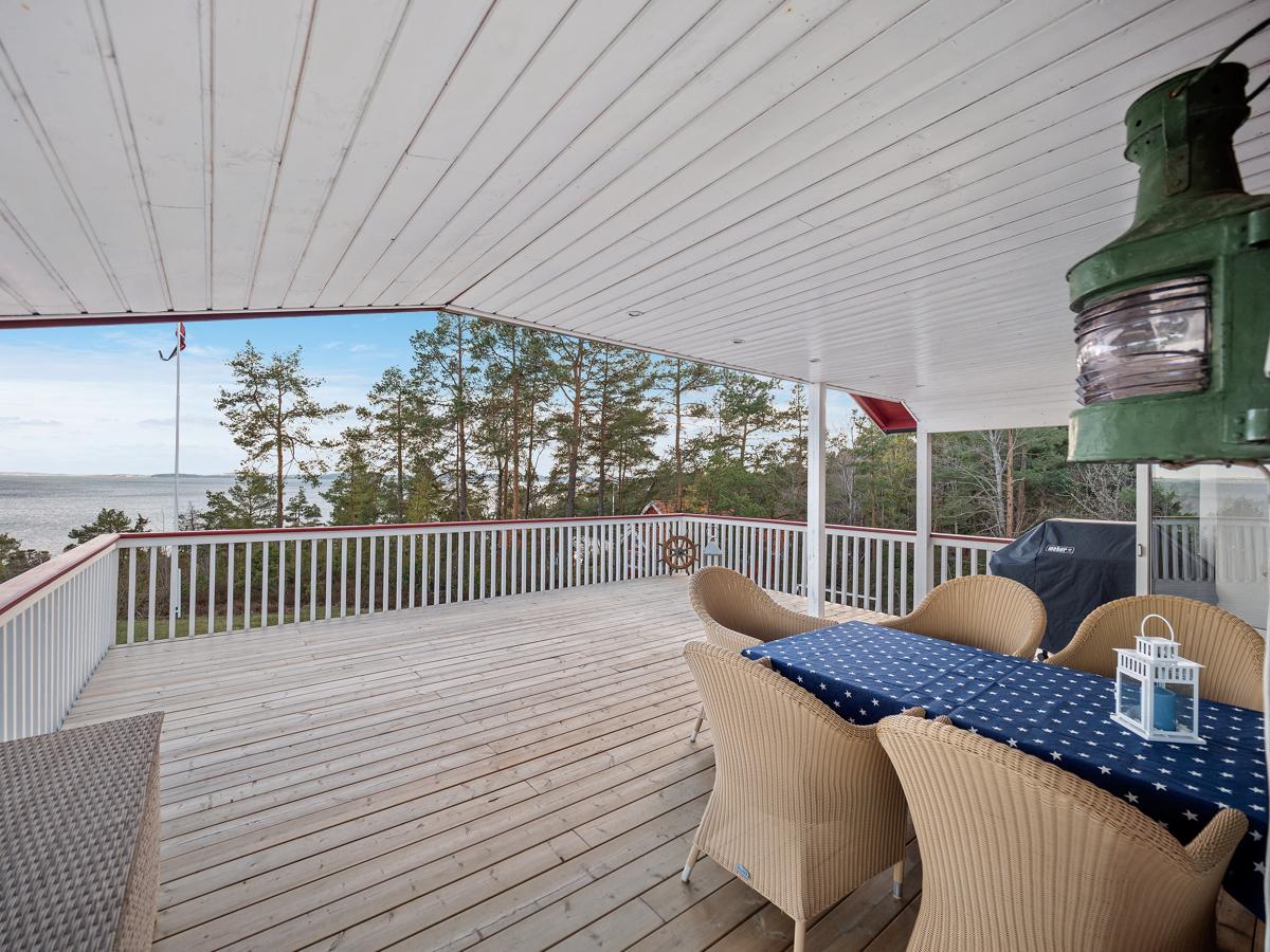 Stor deilig og delvis overbygd terrasse