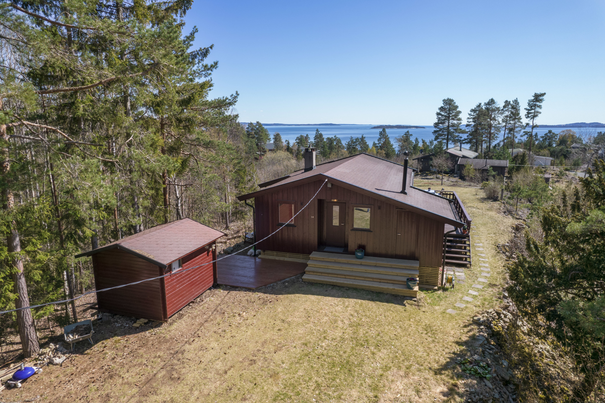Eiendommen består av hytte og anneks med tilbaketrukket og usjenert beliggenhet
