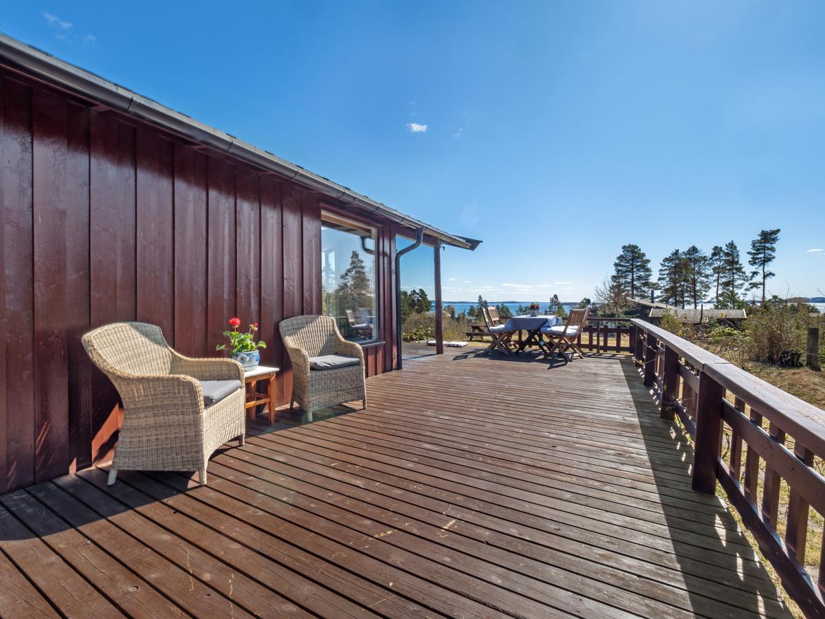 Stor terrasse som strekker seg over to sider av hytta