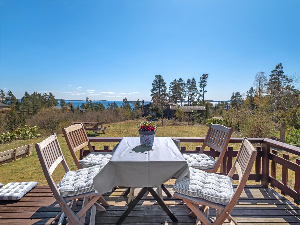 På terrassen kan man innta måltider med fantastisk utsikt