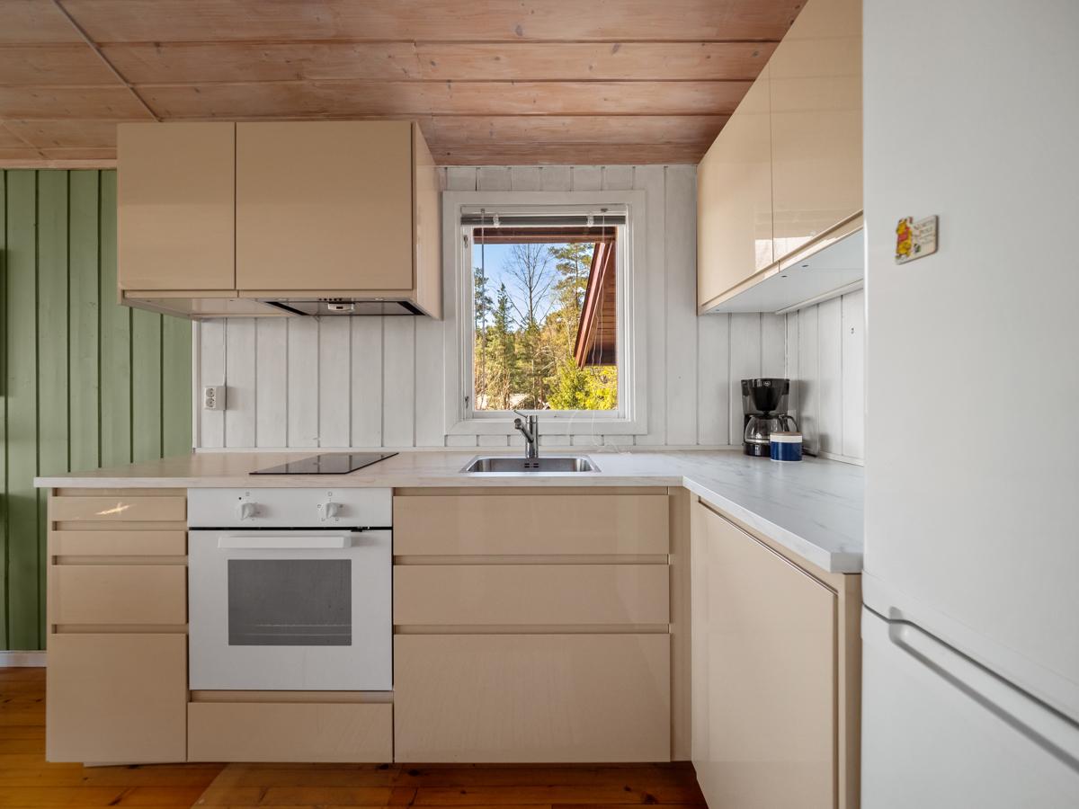 Moderne og delikat kjøkken i åpen løsning mot stue