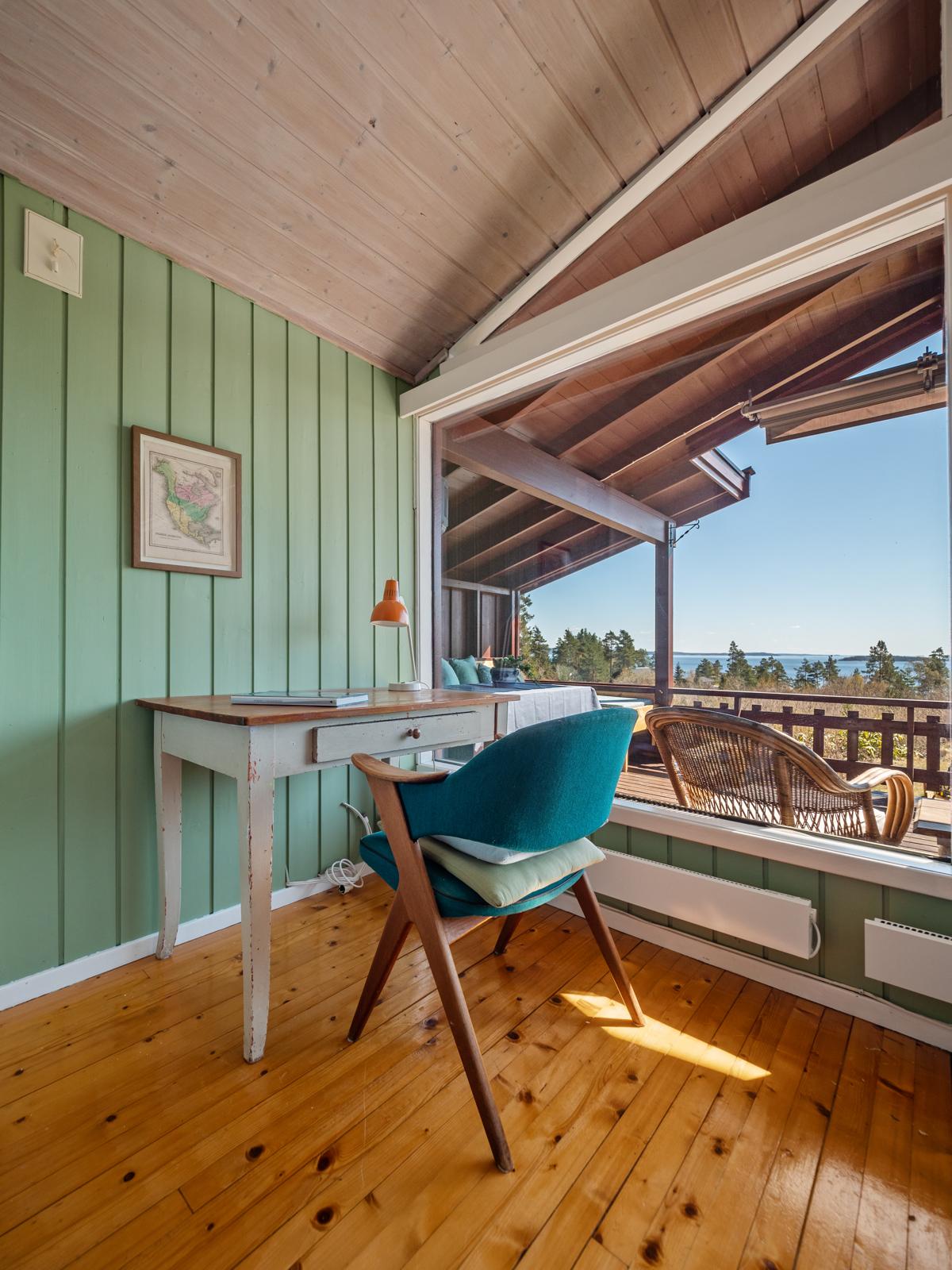I stuen er det plass for en liten kontorkrok - Perfekt for hyttekontor