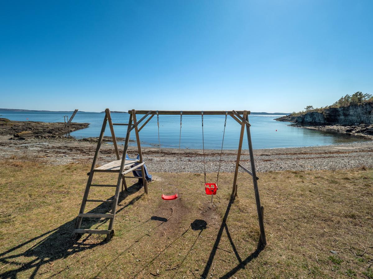 I umiddelbar avstand fra hytta er det mange flotte strender, og mulighet for lek
