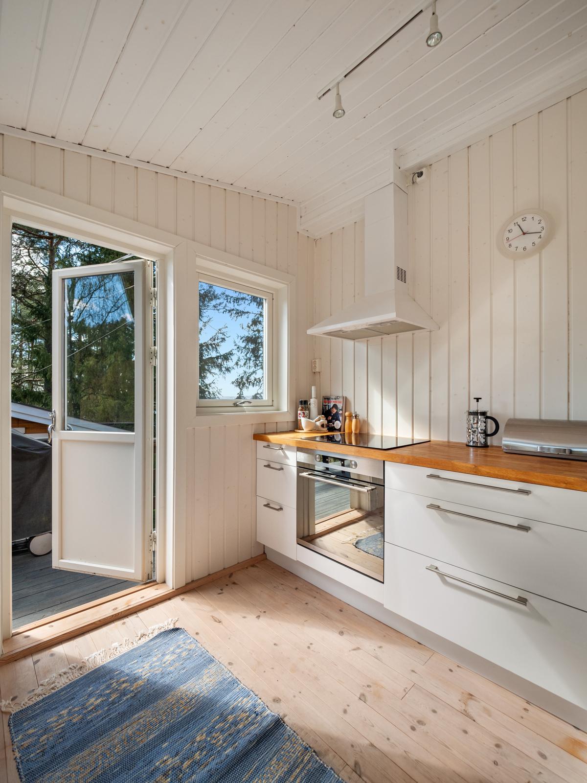 Fra kjøkkenet er det direkte utgang til terrassen