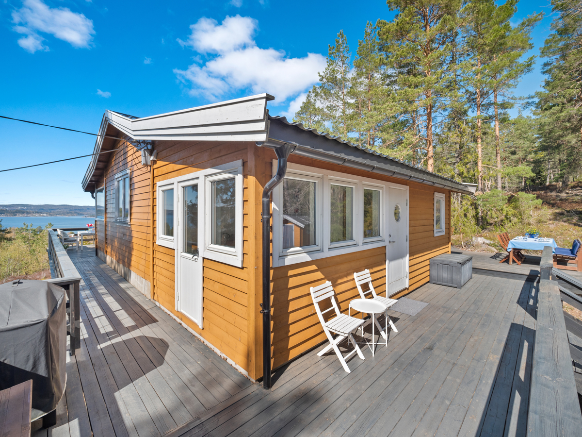 Terrassen strekker seg rundt 3 sider av hytten