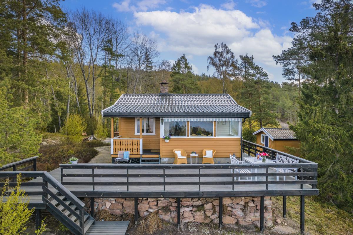 Stor solrik terrasse som vender mot fjorden