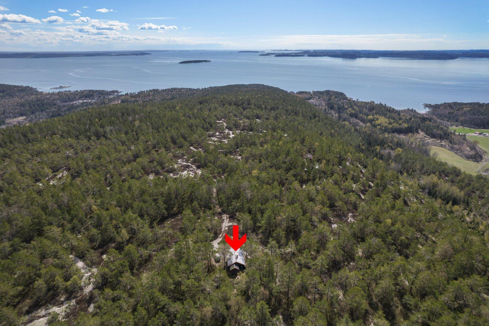 Hytta er en av tre hytter på Haraldsfjellet beliggende tilbaketrukket og fredelig i skogen med uante turmuligheter