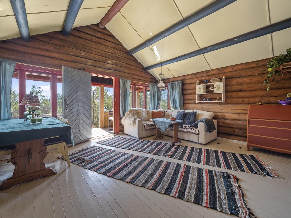 I stuen er det god plass til både spisebord og sofagruppe