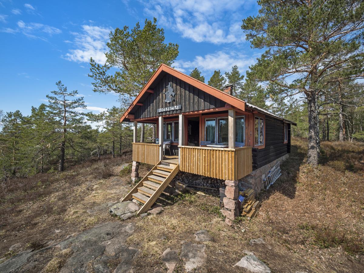 Hytta har navnet Bloksberg og fikk nytt terrassegulv, rekkverk og trapp i 2020