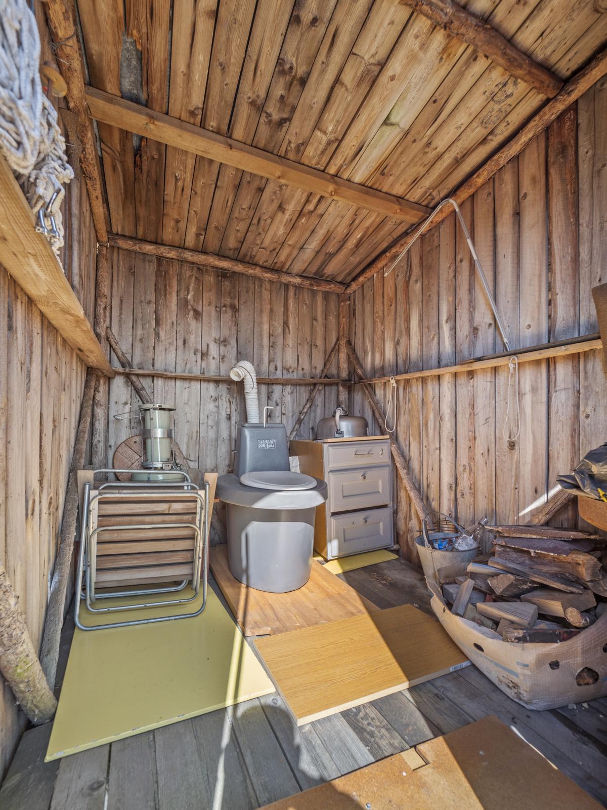 Uthus med toalettløsning og plass for oppbevaring