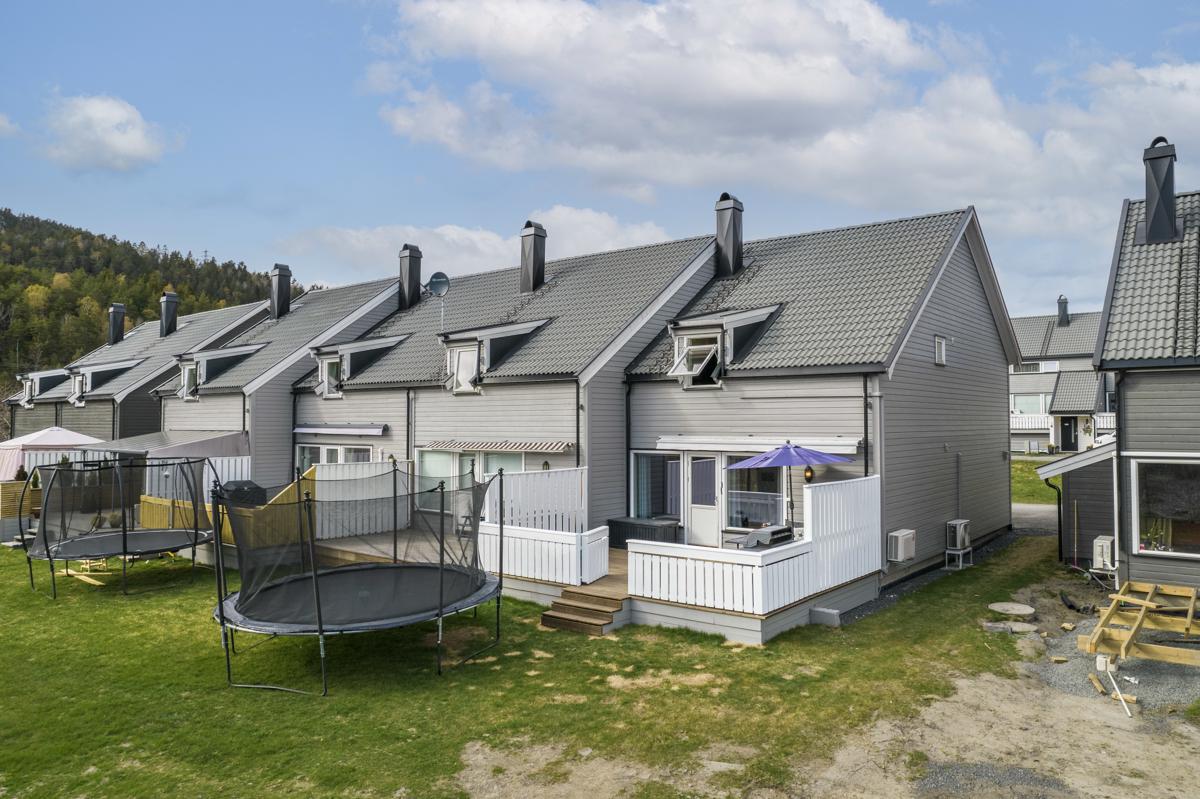 Denne enheten er en endeseksjon. Solrik og fin terrasse.