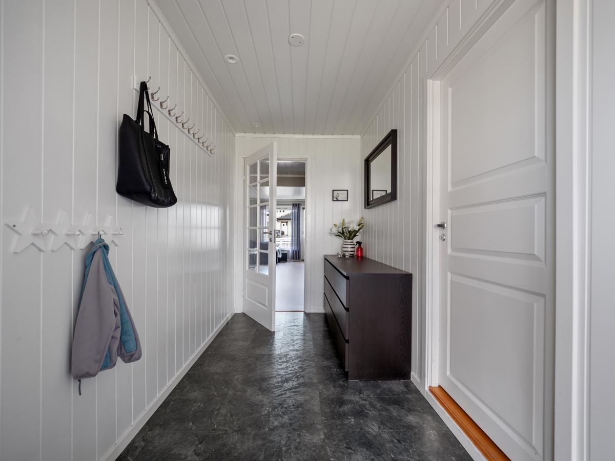 Inngang til vaskerom direkte fra entreen.