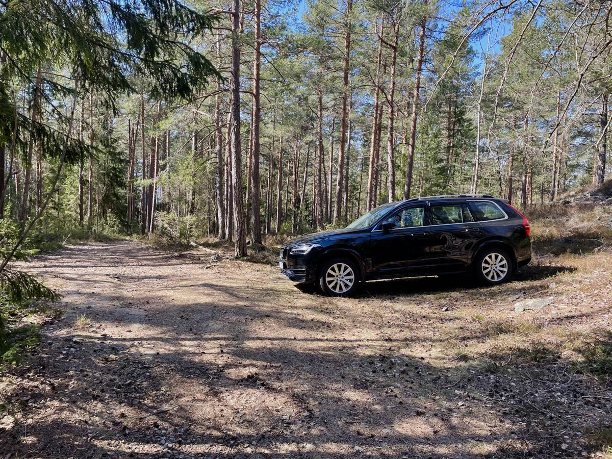 Parkering ca. 1,4 km fra hytta - Mulighet å kjøre opp til hytta ved behov - Kontakt megler for ytterligere informasjon