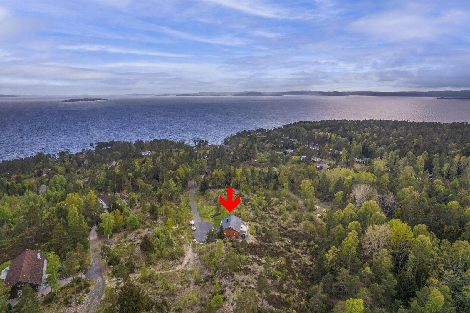 Bilde viser hyttas beliggenhet i terrenget og avstand til fjorden