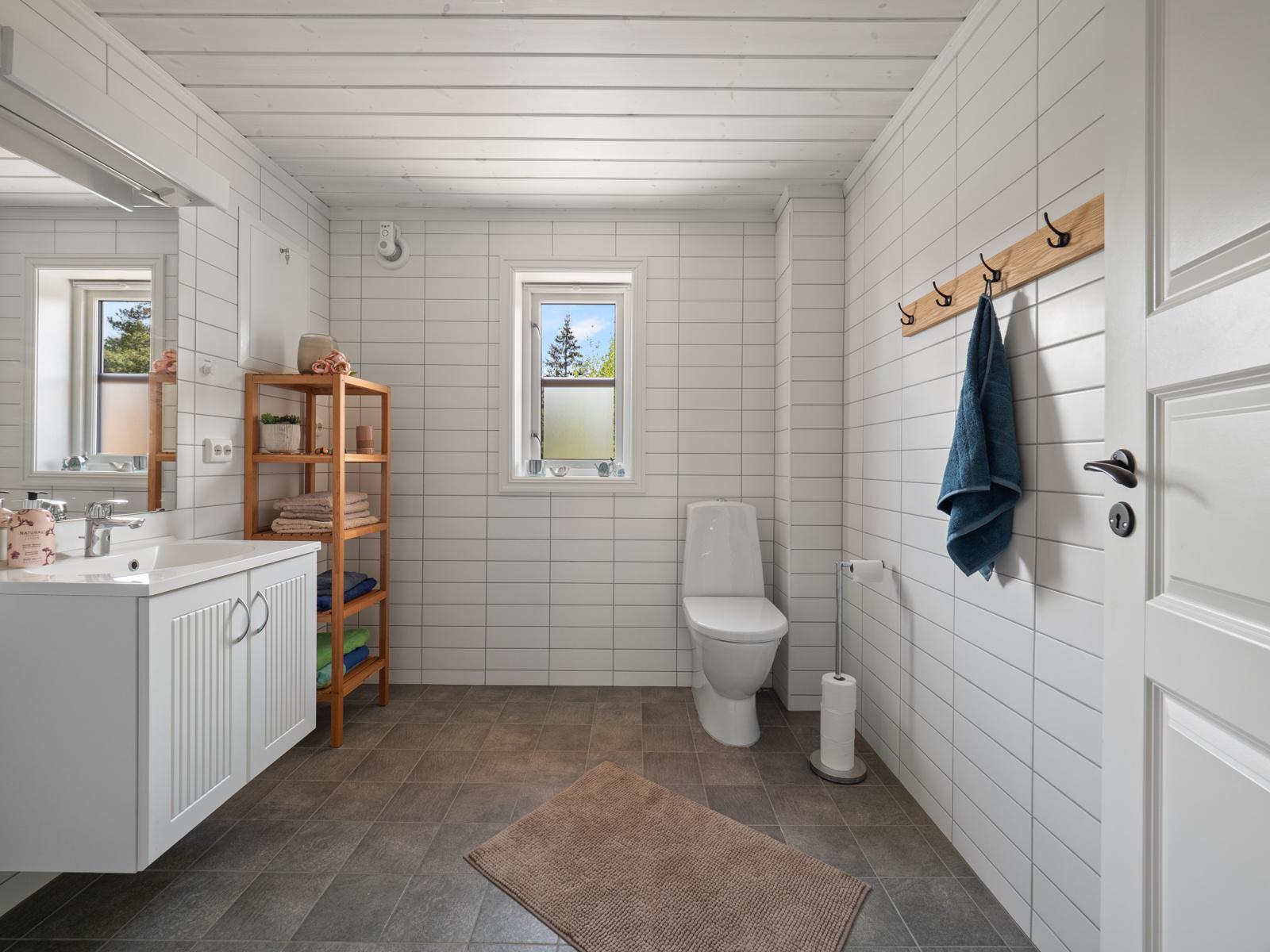 Bad med servantinnredning, wc, dusj og opplegg til vaskemaskin